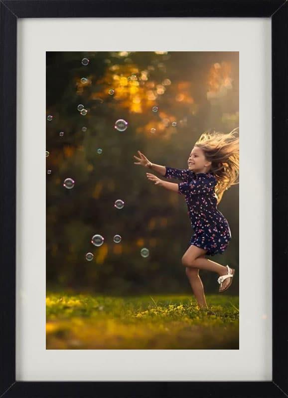 Пример лучшего оригинального и необычного подарка - еврокартины. Фотокартина с подсветкой, без часов, с паспарту. Девочка и воздушные пузыри